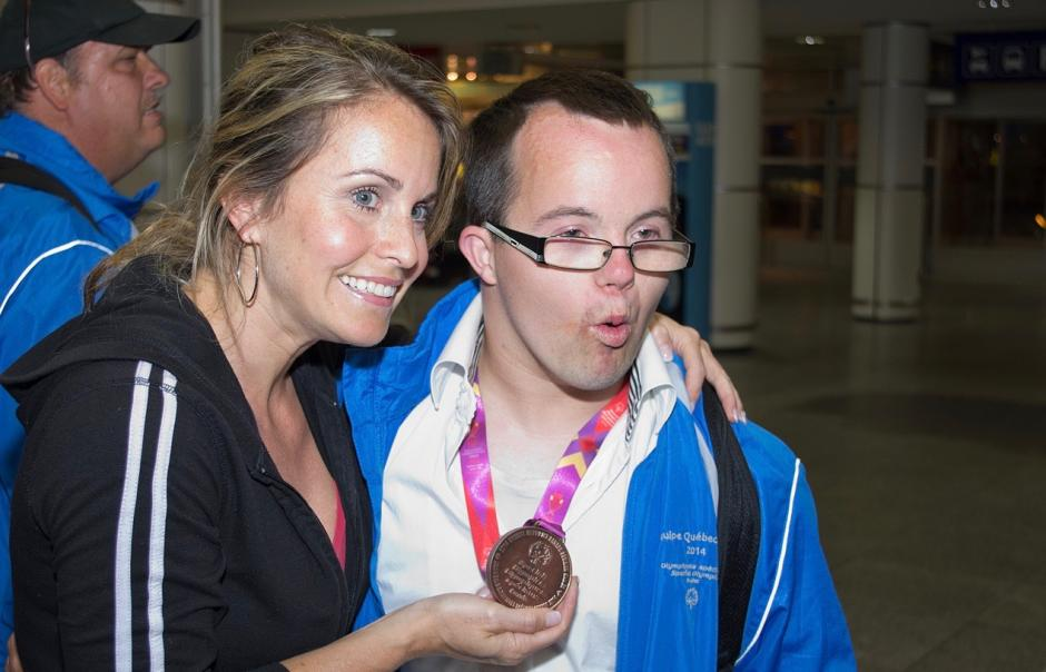 Annie Pelletier with a Special Olympics Quebec athlete and his medal.