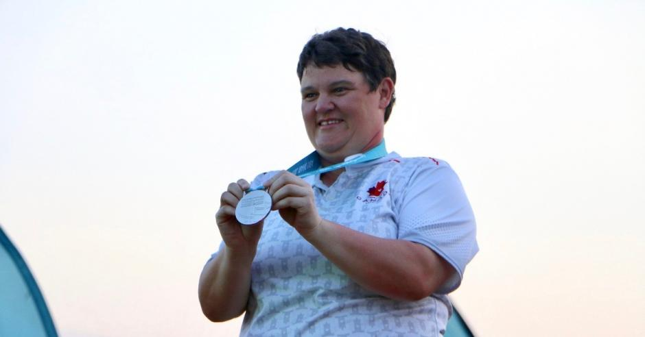 Erin Thom holds up her silver medal.